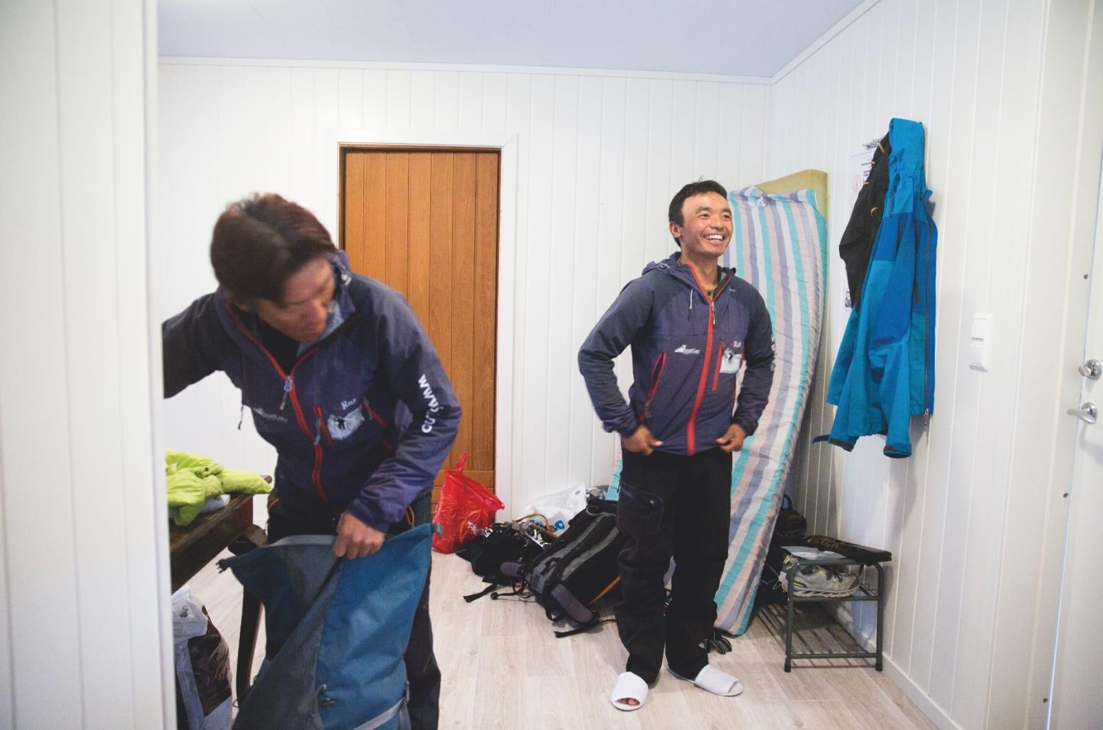 MORGON: Mingma Tsiri Sherpa og Jyamchang gjer seg klare for arbeidsdagen. Mingma (t.v.) har vore på Mount Everest heile 19 gonger.