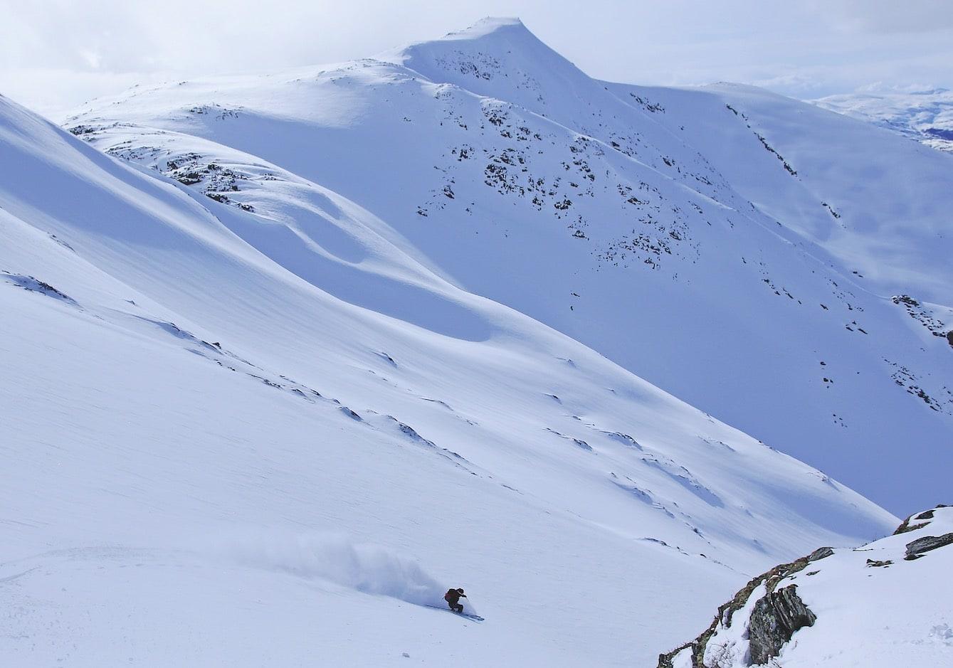 FØRST UTE: May Helen Midtbø setter dagens først spor i puddersnøen på vei ned nordvestflanken på Skipadalsnuten.