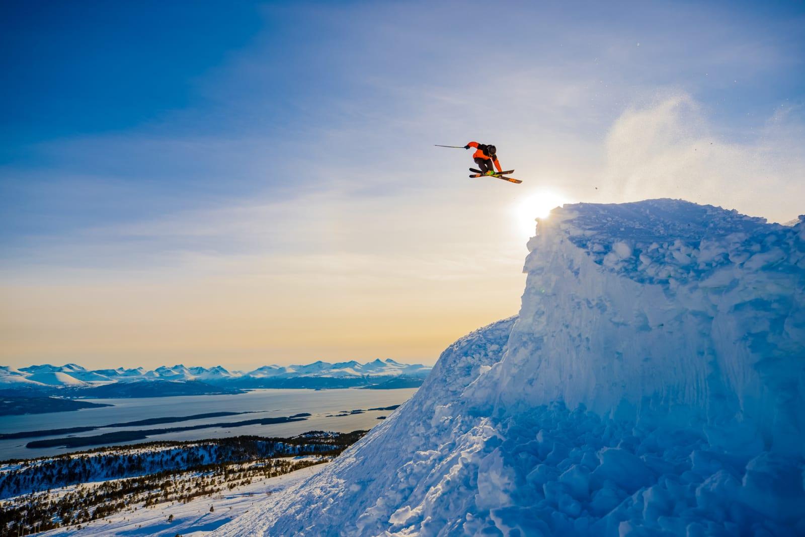 BAKTEPPET: Med de 222 toppene som utgjør Moldepanoramaet i ryggen, roterer Trygg Lindkjølen stilrent inn en 360. Bilde: Terje Aamodt