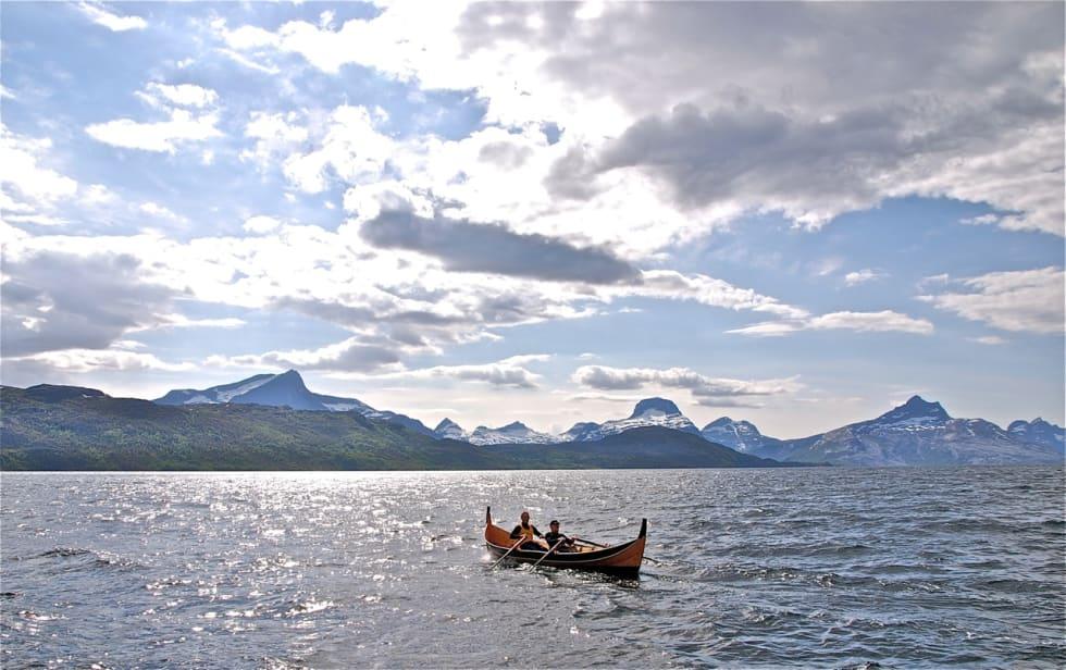 Opplevelse: En nordlandsbåt, krumstevning, har kurs mot veiløse Sjunkhatten nasjonalpark i Salten.