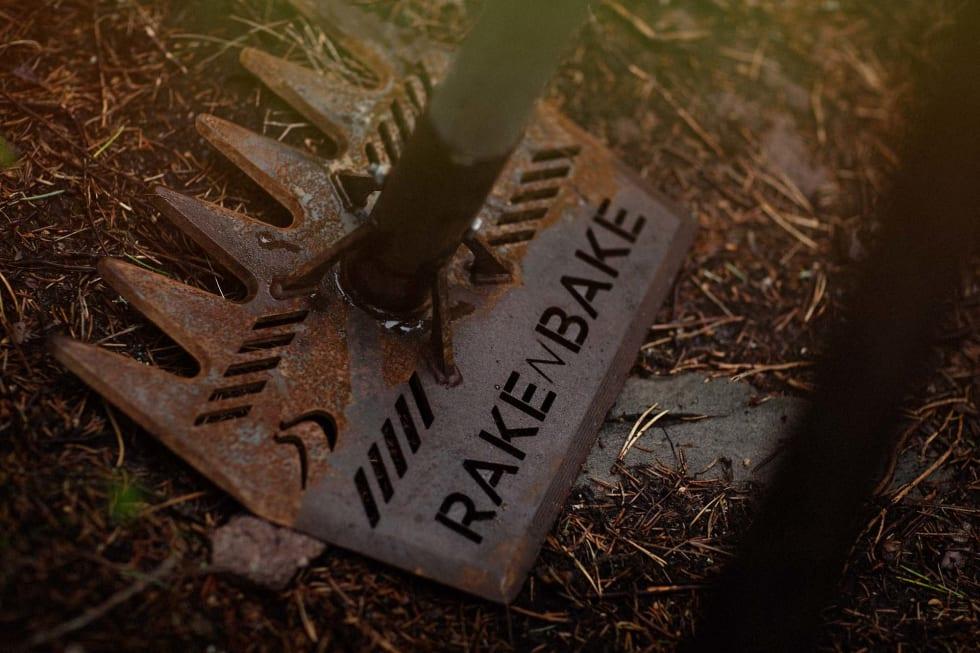 HÅNDVERK: Selv om gravemaskiner brukes til grovarbeidet, er det redskaper som dette stibyggerne i Rekkje bruker til å forme stiene. Foto: Kristoffer H. Kippernes