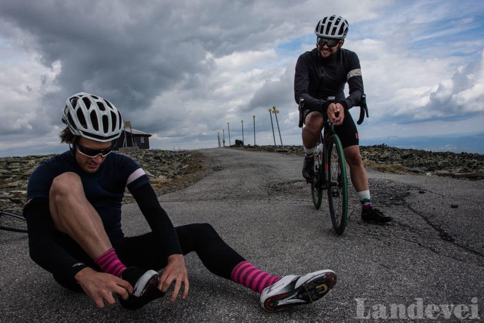KJØLIG: Nedkjøringen er kald, så Odd Anders og Øyvind skifter til varmere klær.