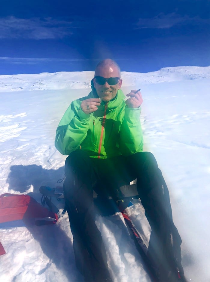 ARE PÅ HARDANGERVIDDA: Her prøver Are Kalvø (48) å kose seg med urbane aktivitetar som sigarrøyking og drikking – midt oppe på Hardangervidda. Foto: Privat