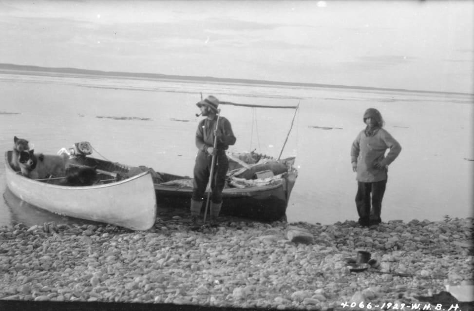 Hjalmar Dale (th.) på Thelon River sommeren 1929. Han ble første hvite mann som padlet hele denne elva. Kanoen bygde han selv av vierkratt, seilduk og hundeskinn. Foto: W.H.B. Hoare / Library and Archives Canada