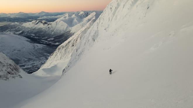 PÅ VEI OPP: Vakkert lys og fin snø på Guhkkesgaisi. Foto: Andreas Persson