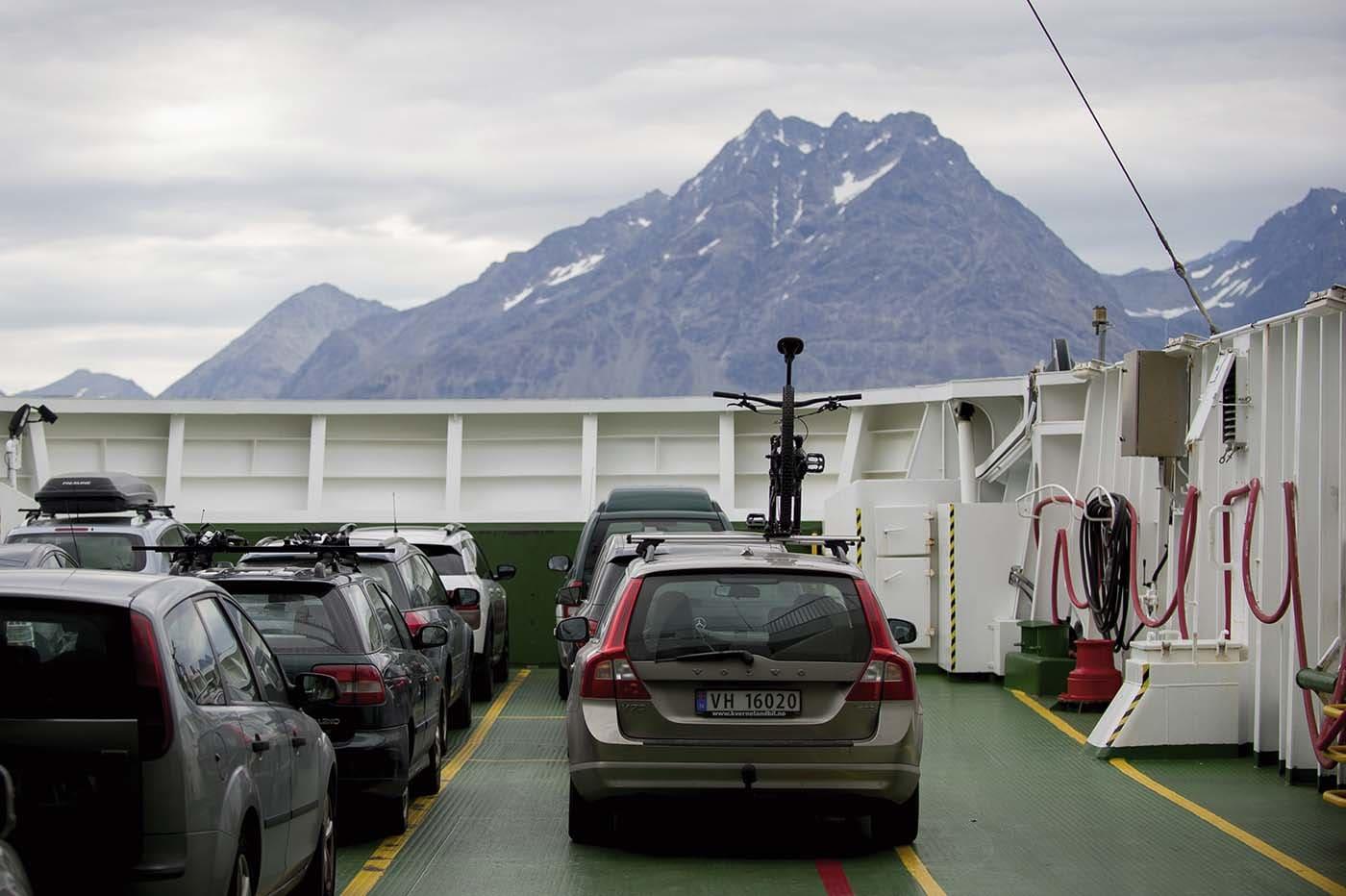TINDER: Uansett hvilken vei og hvordan du tar deg til Lyngen utgjør spisse, alpine fjell inngangen.