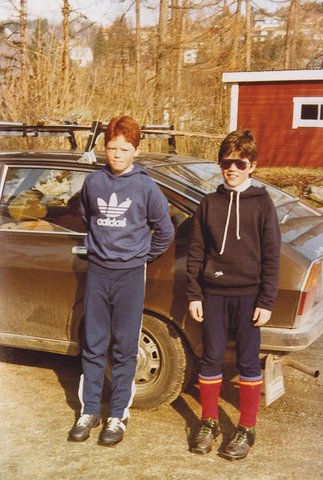 ARE PÅ SKI: Her fotografert på ein av dei svært få fjelldagane i oppveksten. Kompisen (til venstre) er glad. Are (til høgre) «slit med det skarpe lyset, frys litt og har gløymt vottar». Foto: Privat