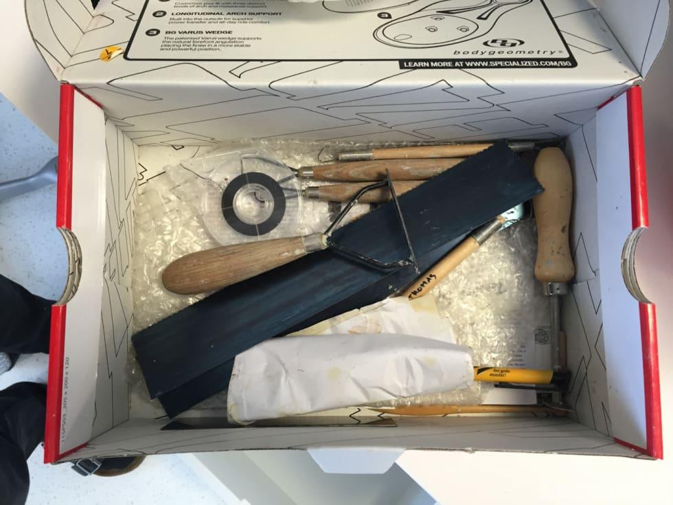 VERKTØY: Lenge før hjelmen 3d-printes formes designtanker i leire med dette verktøyet.