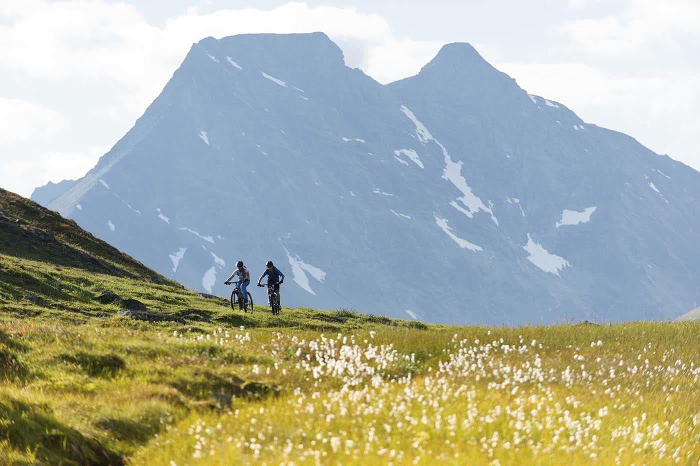 SOM FORVENTET: Steindalstinden er et av mange fjell du vil kunne se mye på i løpet av en sykkeltur i Lyngen.
