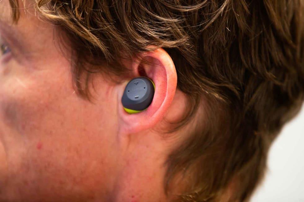 SMÅ: Jabra Elite Sport er kompakte og små, og sitter godt inne i øret. Vi brukte dem uten de medfølgende vingene.