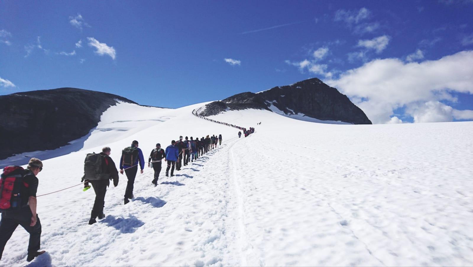MOT TOPPEN: Folkevandring mot Norges høyeste fjell.