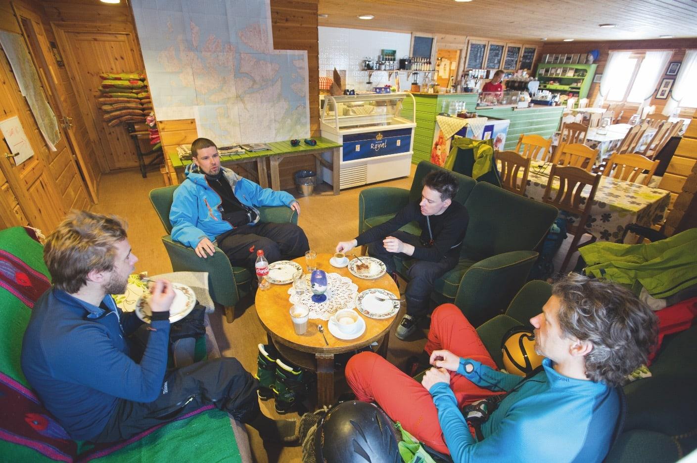 LOKALPATRIOT: Bergenseren Bjarte Hollevik (bakerst) foreleser om lumen og lux på kafeen i Langfjordbotn.
