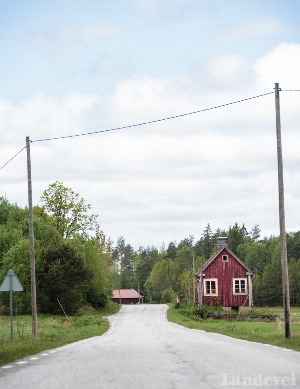 FRAFLYTTET: Langs den gamle veien står det låver, hytter og hus som forfaller.