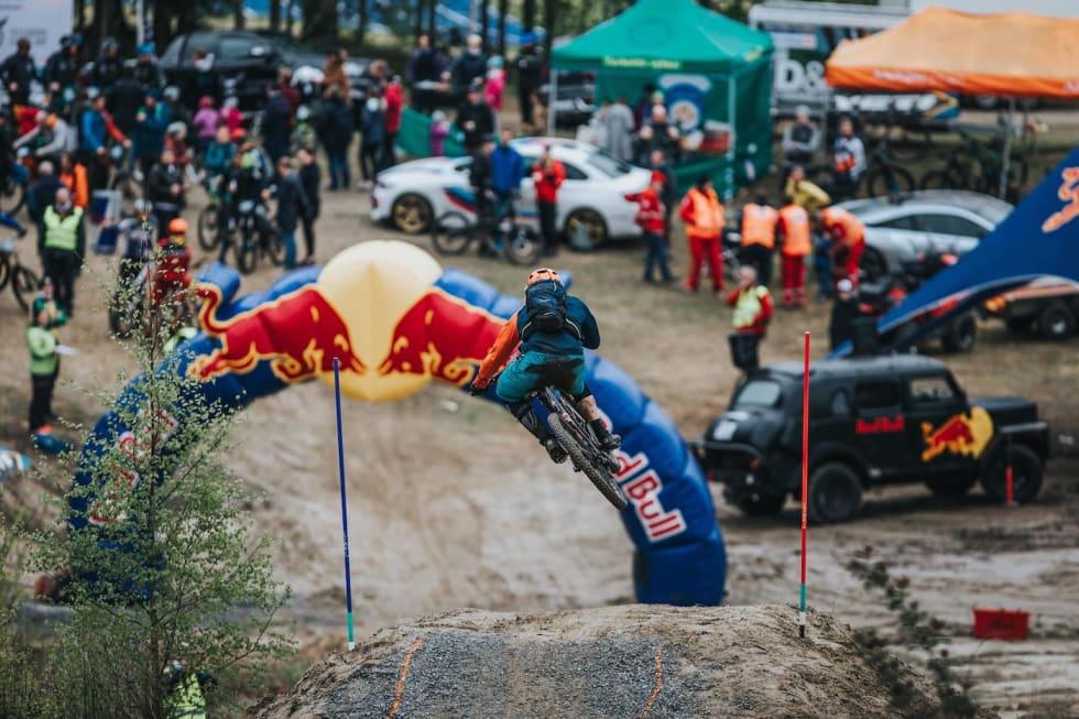 Store hopp helt inn på målstreken i siste etappe gjør Telemark Enduro til en spektakulær opplevelse for både tilskuere og deltakere. Foto: John-André Moldestad