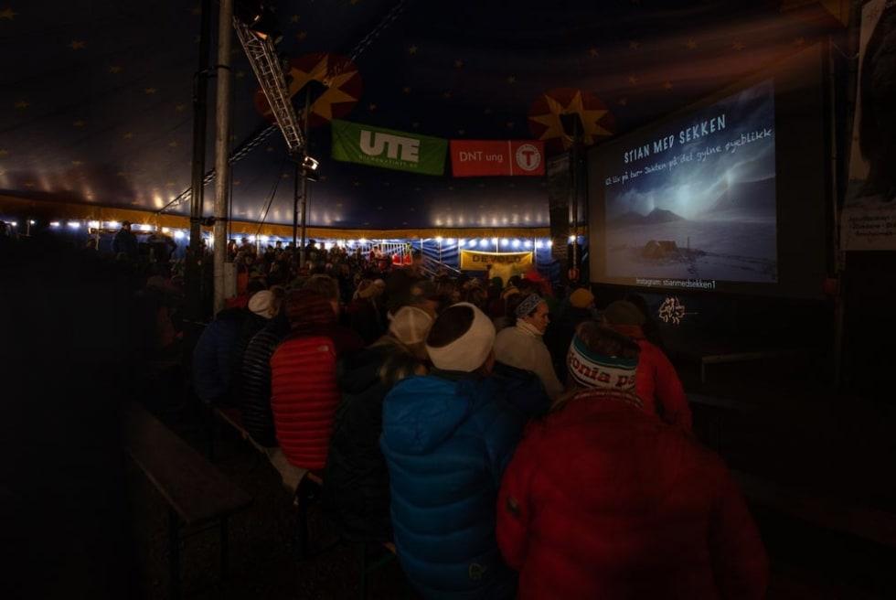 Underholdende foredrag i sirkusteltet. Foto: Per Finne