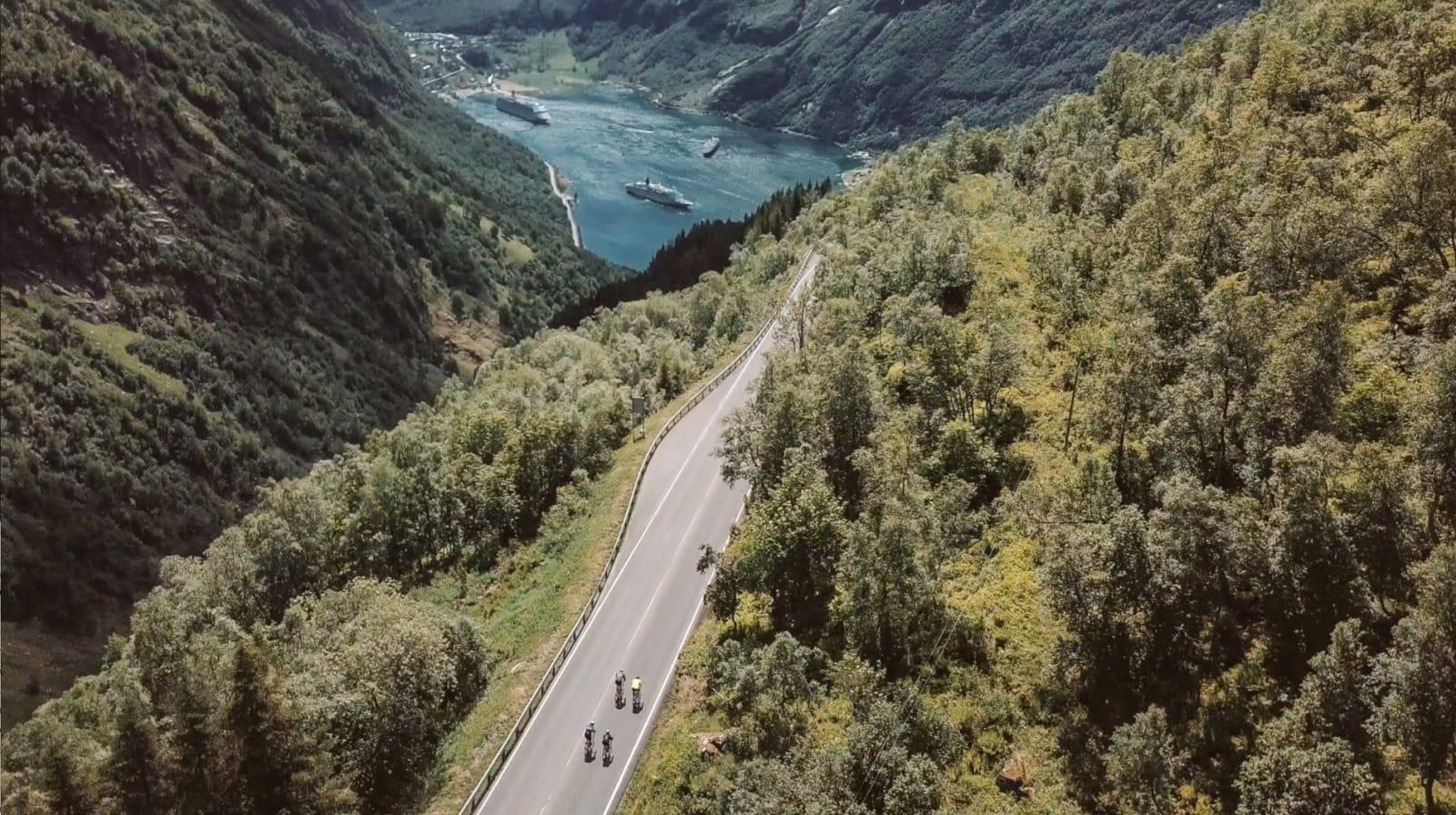 Katringa opp fra Eidsvatnet går over i Ørnevegen (RV 63) og ned de 11 hårnålsvingene til Geirangerfjorden. Bilde: Magnus Roaldset Furset