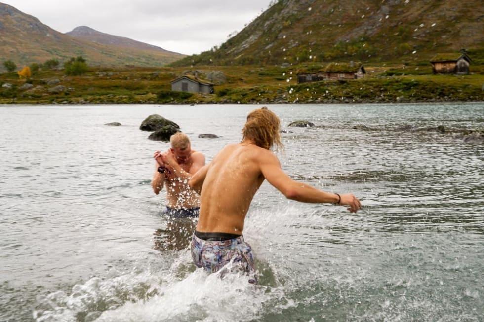 Bading i kaldt vann klarner hjernen. Foto: Liv Holmstrøm.