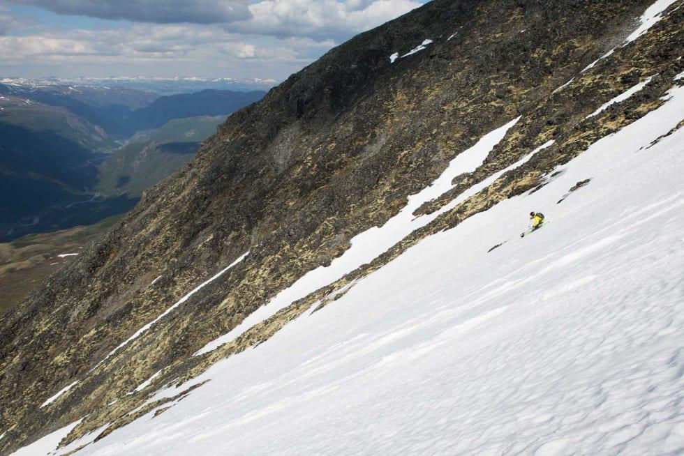 SPEEDY GONZALES: Henrik Ulleland tar renna-fart med sitt lange og mørke hår, og sikter seg inn mot Bøverdalen tusen høyde-meter lenger ned. Bilde: Tore Meirik