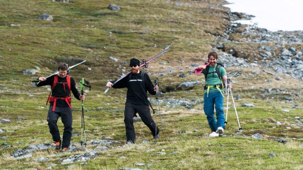 NEDE: En svett og fornøyd gjeng kan konstatere at forrige skisesong ble avslutta på ypperlig vis. Fra venstre: Tore Meirik, Hans Petter Hval og Erlend Sande. Bilde: Henrik Ulleland