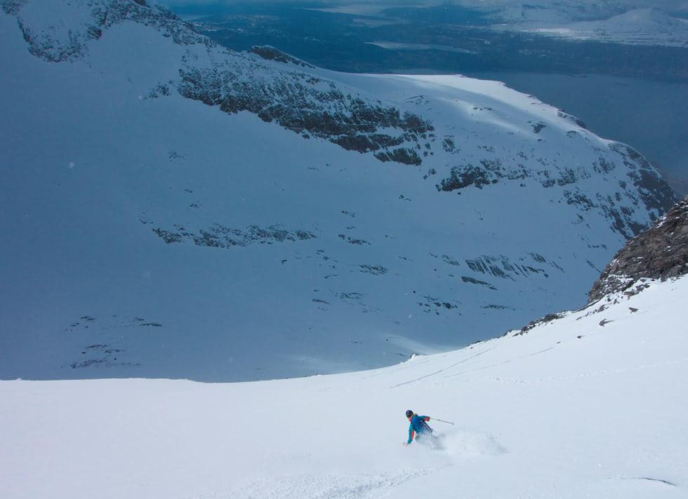 Hans Andersen nyter perfekt snø på vei ned fra Store Russetinden. Foto: Eimund Bakke. / Toppturer i Troms.