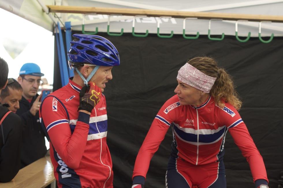 BEAVER HEILT KLART: Sondre Norland var klinkende klar på dekkvalget før VM-rittet. Gunn-Rita lytter.
