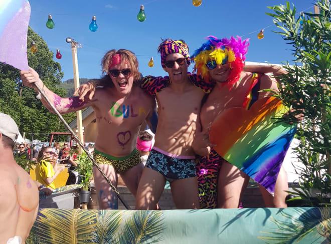 PRIDE: Ein fargerik fest som betyr meir enn ei fargerike overflate. Foto: Dag Sandvik