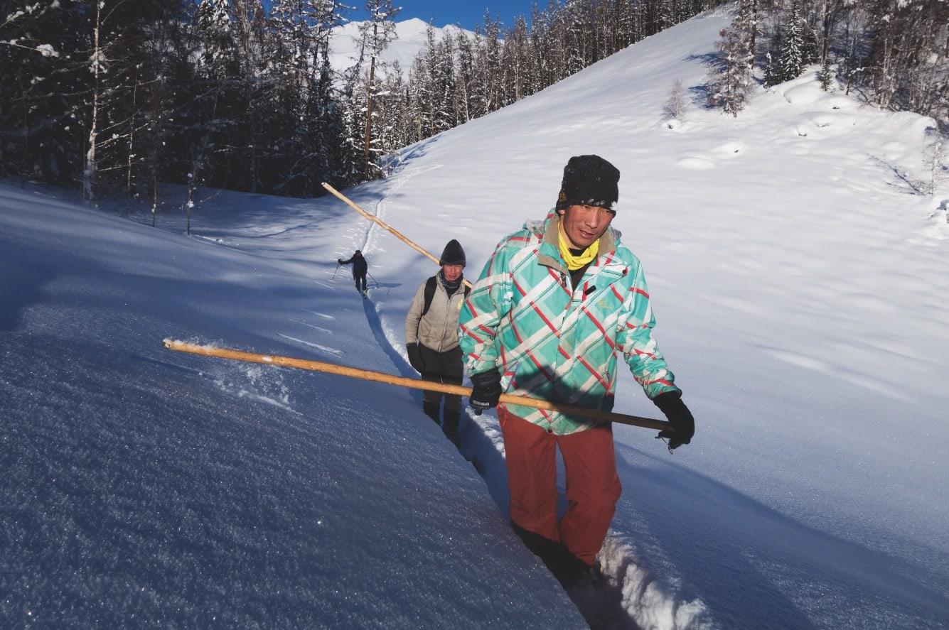 I SPORET: Arshafé (t.v.) og Tursin på vei hjem etter skitur. Stokken nesten som en padleåre i motbakken. Audun Tholfsen følger bak. Bilde: Erlend Sande