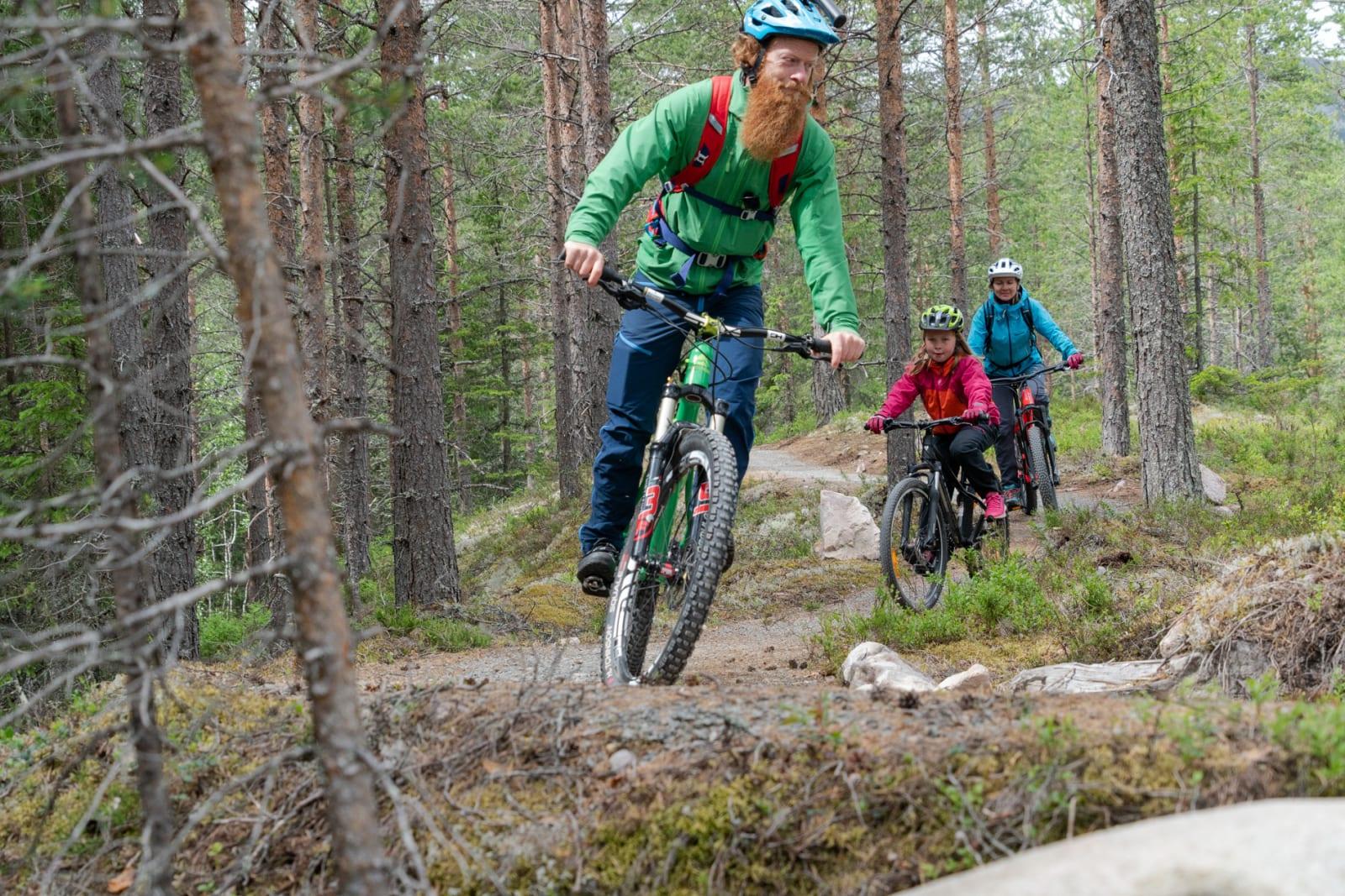 NYBEGYNNERTIPS: Aslak Mørstad dro til Trysil for å hjelpe mor (Irene Runningen) og datter (Live) med sykkelteknikken. Bilde: Christian Nerdrum