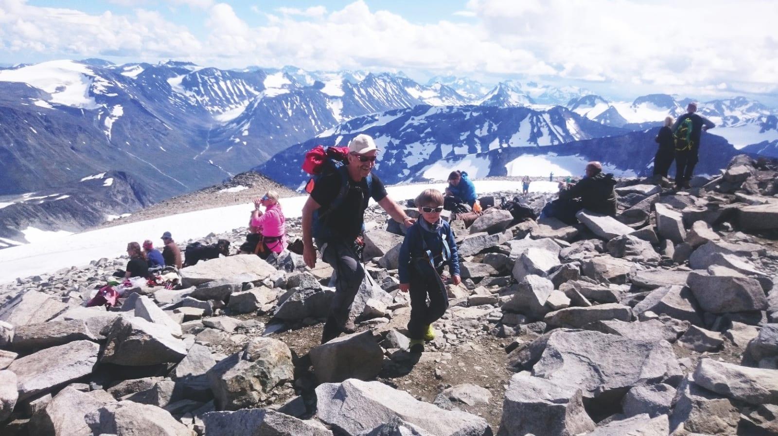 TURKAMERATER: Sivert (5) får god hjelp av gamleonkel Sivert på vei mot toppen av Galdhøpiggen.