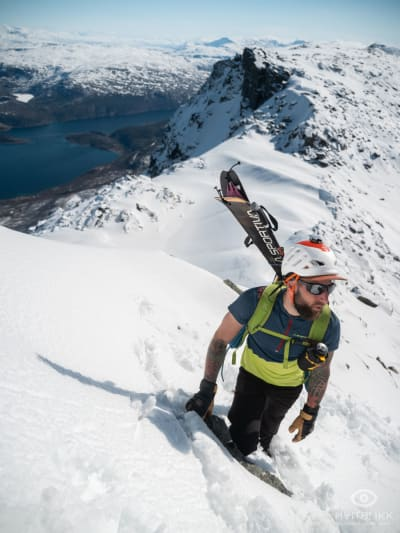 Andreas på vei opp i bratta. Foto: Timme Ellingjord