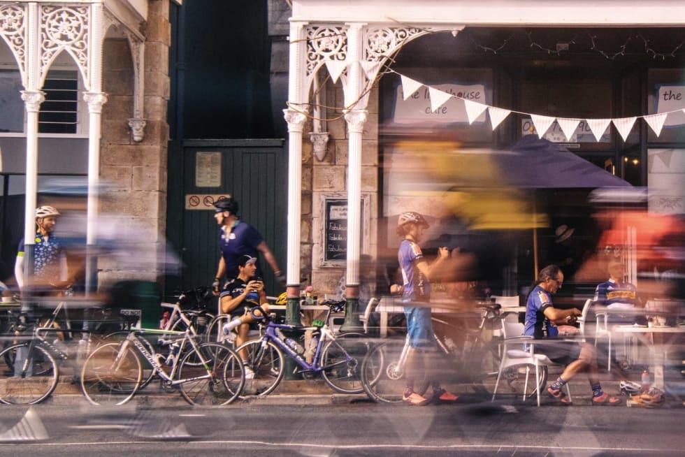 PAUSE: Mange deltagere tar en tidlig lunsj i Simon's Town, på den sydlige delen av ruta.