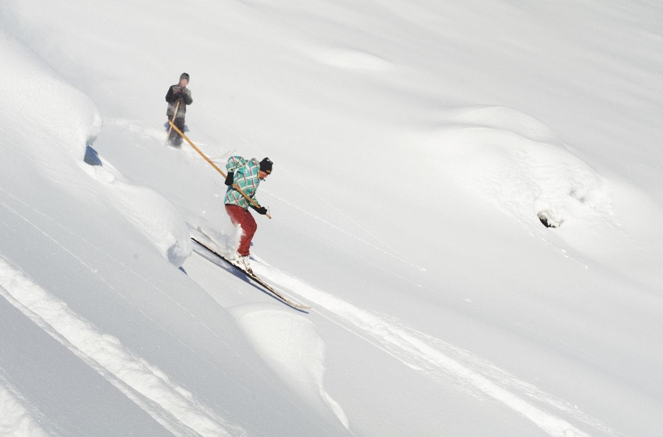 FLYVENDE: Tursin sørger for å få luft i en av nedkjøringene, mens svogeren Serik følger med i bakgrunnen. Bilde: Erlend Sande