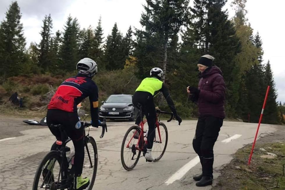 LYNNEBAKKA: I løpet av dagen hadde Jonas Orset selskap av andre syklister fra tid til annen. Foto: Stein Magnus Olafsrud