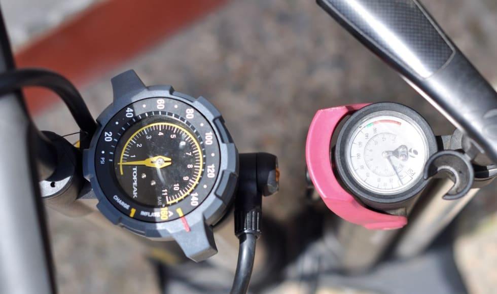TYDELIG: Manometer-skiva på Topeak-pumpa er stor og lett å lese av.