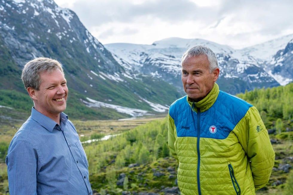 NYTT FYRTÅRN: Luster Turlag, representert med Ole Schanke Eikum og Stein Bugge Næss, får en av Norges mest moderne fjellhytter på Tungestølen, med fantastisk beliggenhet i Breheimen.