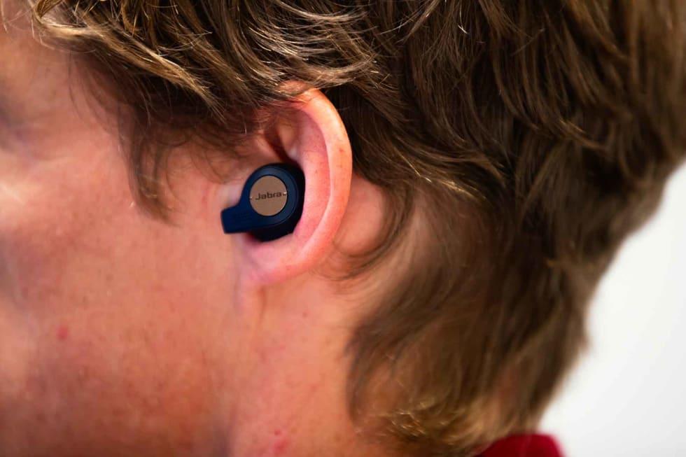 MED MIKROFON: Den lille armen På Jabra 65T Active har mikrofon for gjennomlytting og telefonsamtaler.