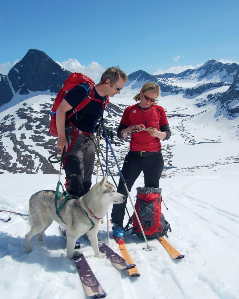 KVALITETSTID: Toppturer vinter og sommar, er ein hjerteaktivitet på alle vis. Her sammen med ektemannen Terje, på vårskitur i Romsdalen, 2009. Foto: Privat