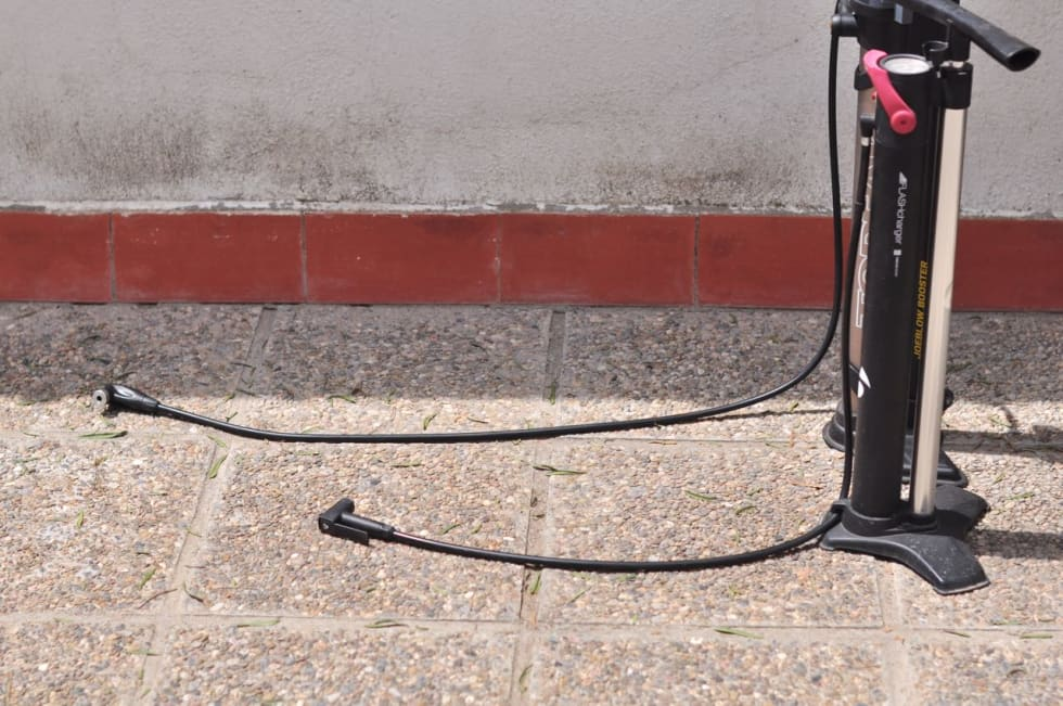 LANG SLANGE: Topeak-pumpas slange er godt over en meter lang. Det er fint når du har sykkelen i stativ.