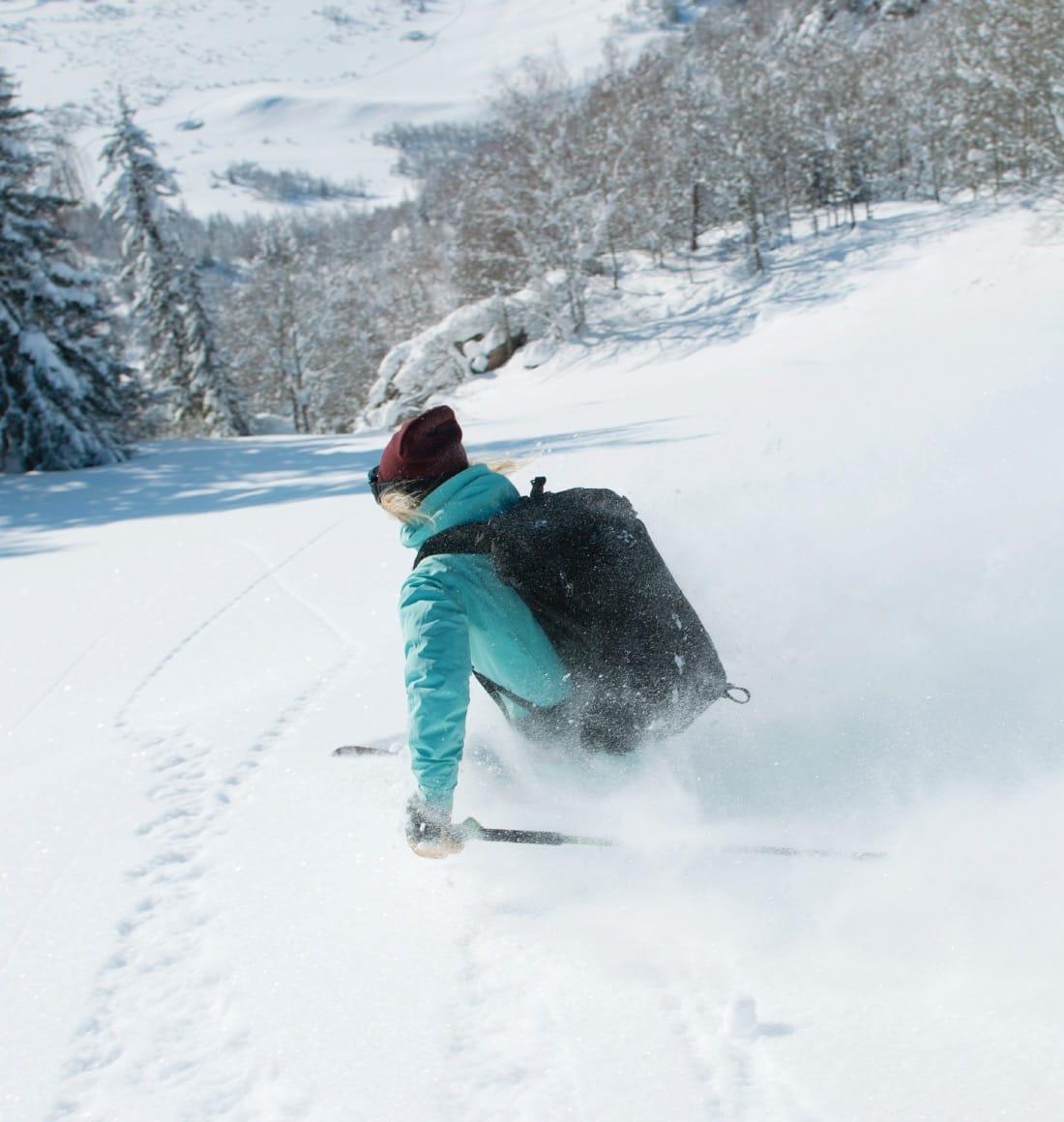 SKILEK: Vi fikk bare prøvd en brøkdel av de mange nydelige nedkjøringene rundt Akhorm. Her har Linn Cecilie Mæhlum har et friminutt fra jobben som representant for ungdoms- OL og kan bare nyte nysnøen. Bilde: Johan Wildhagen