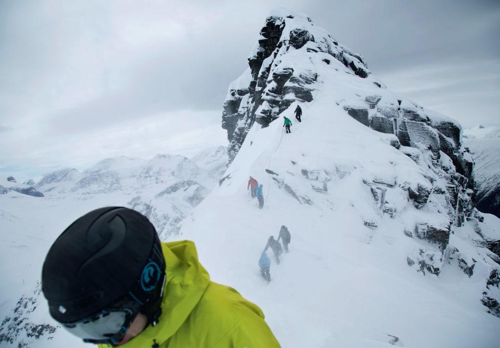FELLESTUR: Deltagere på toppturfestivalen Sunndal Ski Session er på vei ned fra toppen, og skal snart knyte seg ut av tauene og spenne på ski. Bilde: Thomas Kleiven