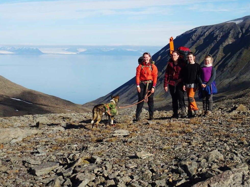 GRUMANTDALEN: Det ble en tidlig start på siste turdagen opp Grumantdalen og vi møtte morgensolen i passet mot Bjørndalen.