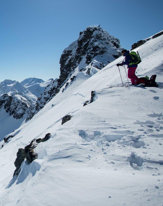 KLAR FOR NEDTUR: Med en tilskuer på den nærmeste og laveste av de to toppene på Grøvelnebba gjør Janette Hargin seg klar for nedkjøring.