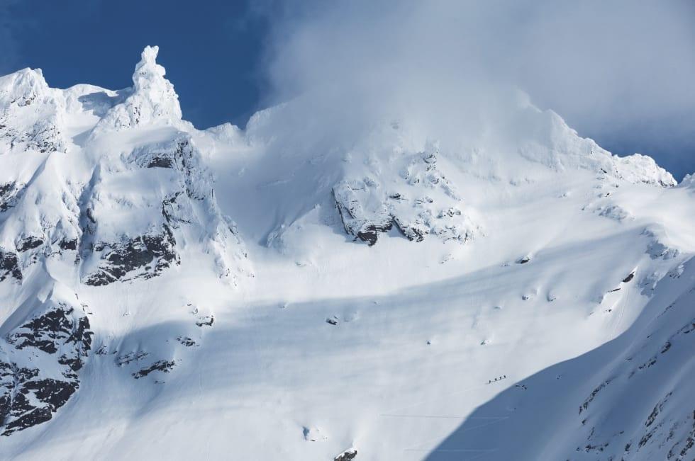 SIKKSAHKK: Gjengen hiker opp en nordøstfjellside på Lyngen og Troms sitt største fjellmassiv: Jiehkkevarri. Vi kalte denne linja «The rabbit». Kan du gjette hvorfor?