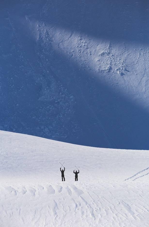 RETUR: Eirik og Krister kommer tilbake fra et mislykket forsøk på ei renne på Sultindan straks innafor Tromsø på fastlandet. Det som sees i skyggen i bakgrunn er store frosne blokker av is fra et tidligere ras som gått i renna. Rent umulig å kjøre.