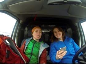 BILTUR: Kaja Marienborg og Trude Elde er glade i å kjøre bil. I hvert fall hvis de ender et sted de kan sykle.