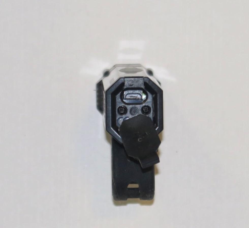 LITT TRANGT: Usb-kontakt bakpå lykta er litt trang å komme til. Ikke alle micro-usb-kabler vil passe.