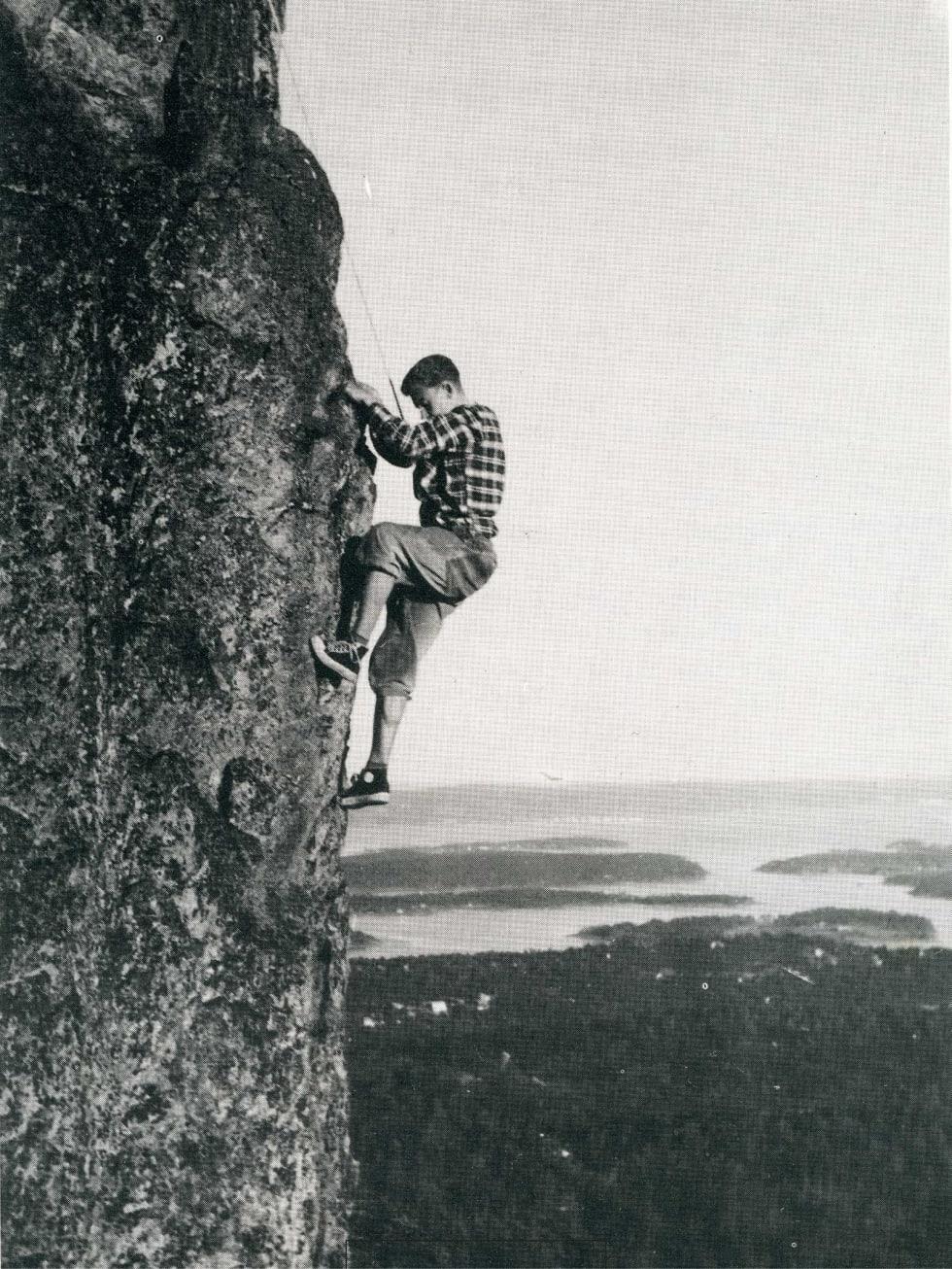 Utsikt: Ralph Høibakk klatrer Stueveggen (5+) på 1950 tallet. Foto: Ukjent