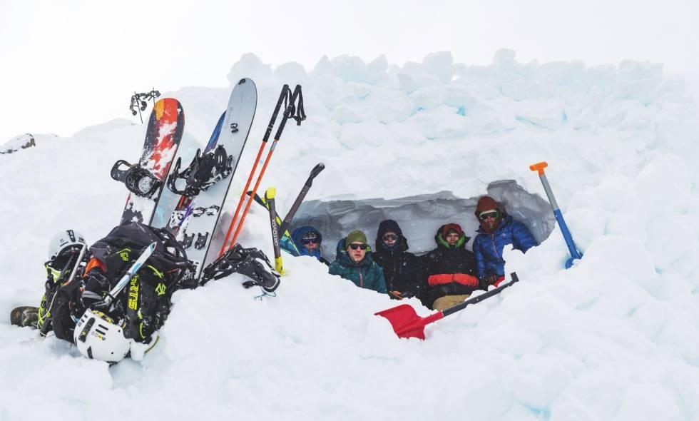 HULEBOERNE: Fra campen vår på Strupbreen ga vi oss en dag avgårde til nabobreen i et desperat forsøk at få kjørt noe, men ble enda en gang fast i tåka. Vi gravde ei snøhule for å beskytte oss mot været, og satt der ei god stund og koste oss. Men til slutt var vi tvungne å vende tilbake, igjen uten kjøring. Her er hele Higher Latitude gjengen samlet, akkompangert av skikjørerkompisen Thor Falkanger (lengst til høyre).