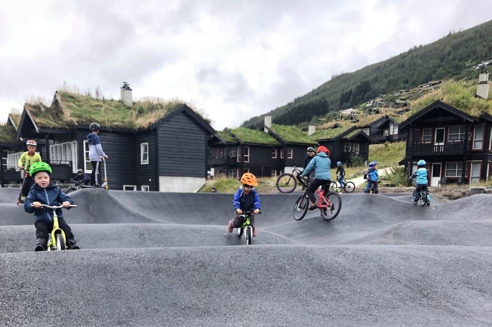 PUMPTRACK: Moro for store og små i pumptracken i Myrkdalen. Foto: Ida Bjotveit