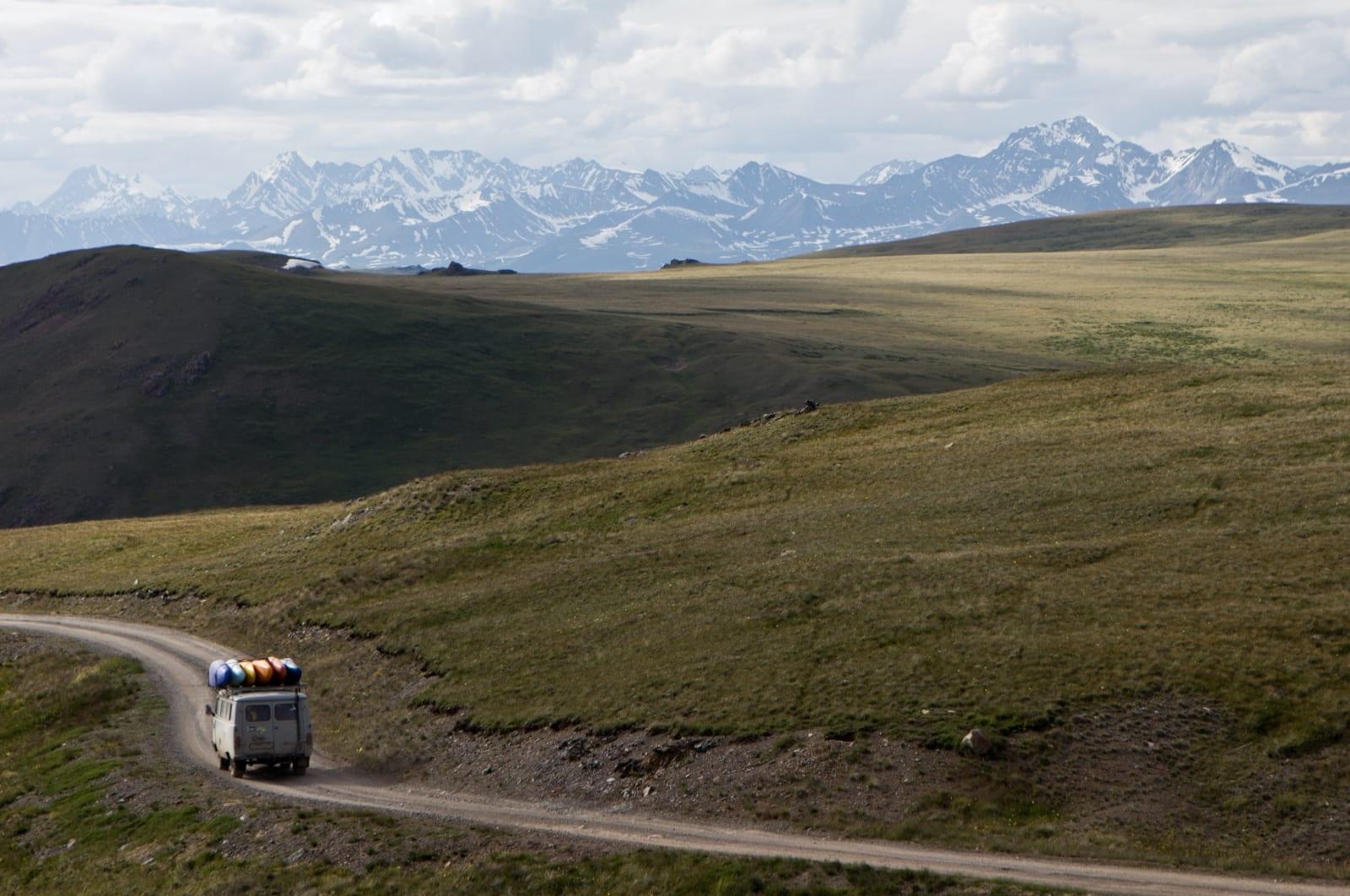 LANG VEI: Det er ingen spøk å ta seg inn til elva Ak- Alakah, på grensen til Kina, Mongolia og Kazakstan. Bilde: Mariann Sæther